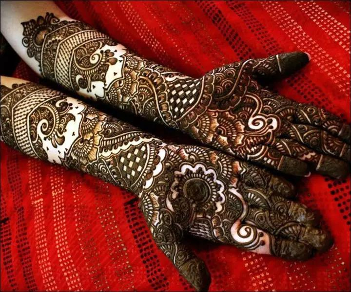 A-Blend-Of-Contemporary-With-Traditional-Rajasthani-Bridal-Mehndi-Designs.jpg